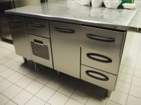Kjølebenk fra Metos i rustfritt stål med kjøledør og kjøleskuff, 160cm bredde, pent brukt