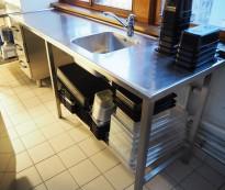Arbeidsbenk i rustfritt stål 230cm bredde, 65cm dybde, 90cm høyde, kum, blandebatteri, pent brukt