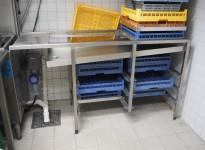Oppvaskbenk i rustfritt stål, bane for oppvaskbakker, 160cm bredde, 58cm dybde, for å hekte på oppvaskmaskin, pent brukt