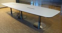 Møtebord i hvitt med understell i krom, 420x130cm, kabelluke, passer 14-16 personer, pent brukt