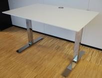 Lekkert skrivebord i hvitt / krom fra Kinnarps, modell Oberon, 120x80cm, pent brukt
