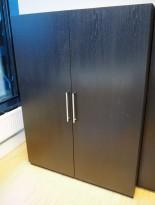 Garderobeskap med heng i sortlakkert eikefiner, bredde 120cm, høyde 160cm, pent brukt