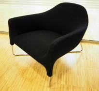 Lekker loungestol i sort stoff / krom fra Poliform, modell Bali, design: Carlo Colombo, pent brukt