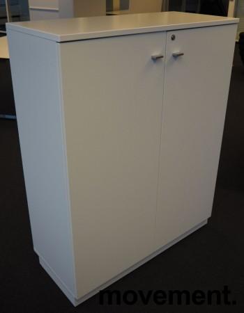Skap i hvitt, 3 permhøyder, bredde 92cm, høyde 117cm, pent brukt bilde 1