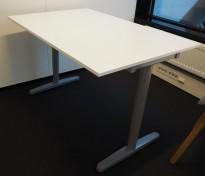 IKEA Galant skrivebord i hvitt, 120x80cm, T-ben i grått, pent brukt