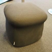 Liten sittepuff i koksgrå (nesten sort) stoff fra LK Hjelle, modell Boy, 45x45x40cm, pent brukt