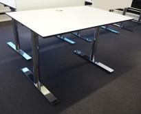 Lekkert skrivebord i hvitt med sort kant / krom, 120x80cm, pent brukt