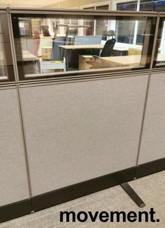 Skillevegg-modul til kontor fra Kinnarps, 100B 150H, Zonit-serie, Grå farge / glasstopp, Lyddempende / Kabelkanal, pent brukt