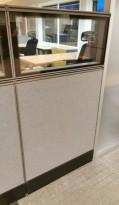 Skillevegg-modul til kontor fra Kinnarps, 80B 150H, Zonit-serie, Grå farge / glasstopp, Lyddempende / Kabelkanal, pent brukt
