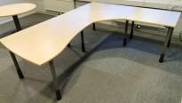Kinnarps skrivebord hjørneløsning i bjerk laminat, 250x200cm, grå ben, pent brukt