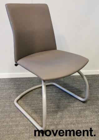 Konferansestol i grått stoff, grålakkert meieunderstell, pent brukt bilde 1