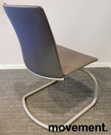 Konferansestol i grått stoff, grålakkert meieunderstell, pent brukt bilde 2