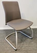 Konferansestol i grått stoff, grålakkert meieunderstell, pent brukt