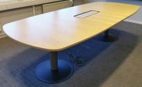 Møtebord i bjerk / grått, Kinnarps, kabelboks nedfelt, 280x120cm, passer 8-10 personer, pent brukt