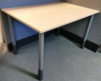 Kinnarps kompakt skrivebord i bjerk laminat / grå ben, 120x80cm, pent brukt