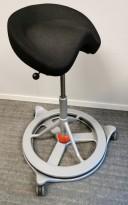 Kontorstol: BackApp ergonomisk kontorstol i sort stoff med rød kule, hjulsett medfølger, pent brukt
