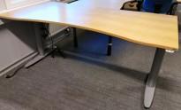 Kinnarps elektrisk hevsenk skrivebord i bøkefiner / grått, 180x90cm med magebue, pent brukt