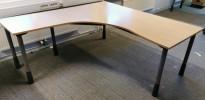 Kinnarps skrivebord hjørneløsning i bjerk laminat, 180x180cm, grå ben, sving på vs., pent brukt