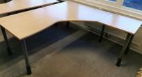 Kinnarps skrivebord hjørneløsning i bjerk laminat, 180x180cm, grå ben, sving på h.s., pent brukt