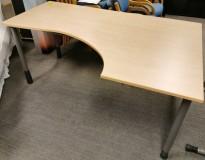 Kinnarps skrivebord hjørneløsning i bjerk laminat, 180x120cm, sving h.s., grå ben, pent brukt