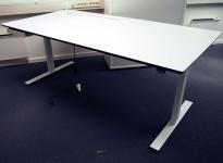 Skrivebord med elektrisk hevsenk fra Dencon i hvitt med sort kant / hvitt, 180x90cm, pent brukt