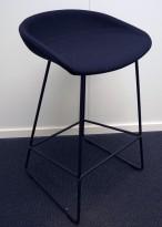 Barkrakk / barstol i sort fra HAY, About a stool, sete i mørkt grått stoff, sort metallunderstell, sittehøyde 65cm, pent brukt