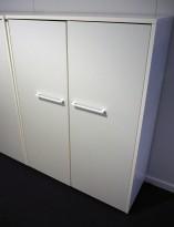 Skap i hvitt fra Dencon, 3 permhøyder, bredde 90cm, høyde 120cm, pent brukt