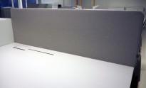 Bordskillevegg i lysegrått stoff fra Götessons, 180x70cm, pent brukt