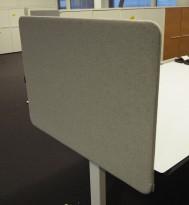 Bordskillevegg i lysegrått stoff fra Götessons, 80x57cm, pent brukt