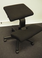 Varier Wing Balans ergonomisk knestol / kontorstol i sort stoff, sort kryss, pent brukt