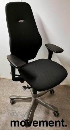 Kontorstol: Kinnarps Plus 8 i sort stoff, gel-armlener, mørkegrått kryss, høy rygg, pent brukt bilde 1