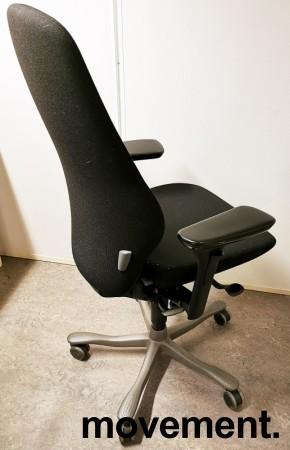 Kontorstol: Kinnarps Plus 8 i sort stoff, gel-armlener, mørkegrått kryss, høy rygg, pent brukt bilde 2