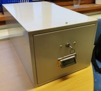 Retro arkivskuff / kartotekskuff i lysegrått metall, låsbar med nøkkel, 27cm bredde, pent brukt