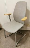 Møteromsstol / besøksstol fra Kinnarps, mod Plus 377 i lys grå remix / bøk armlene, grå ramme, pent brukt