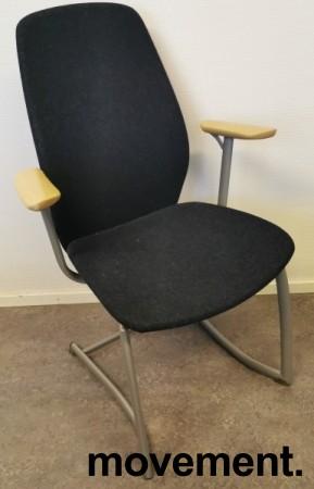 Møteromsstol / besøksstol fra Kinnarps, mod Plus 377 i mørk grå ullfilt / bøk armlene, grå ramme, pent brukt bilde 1