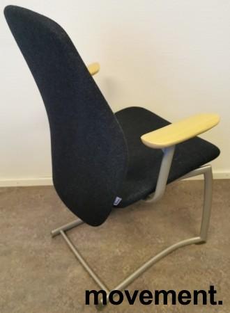Møteromsstol / besøksstol fra Kinnarps, mod Plus 377 i mørk grå ullfilt / bøk armlene, grå ramme, pent brukt bilde 2