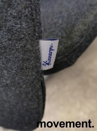 Møteromsstol / besøksstol fra Kinnarps, mod Plus 377 i mørk grå ullfilt / bøk armlene, grå ramme, pent brukt bilde 3