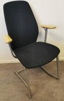 Møteromsstol / besøksstol fra Kinnarps, mod Plus 377 i mørk grå ullfilt / bøk armlene, grå ramme, pent brukt