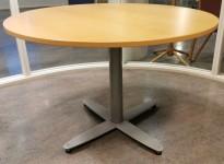 Rundt møtebord med bøkefiner bordplate fra Kinnarps T-serie, Ø=110cm, H=73cm, grått X-understell, pent brukt
