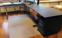 Elektrisk hevsenk hjørneløsning skrivebord i sort / krom, 260x200cm, sving på venstre side, pent brukt