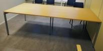 Møtebord i bøk / grålakkert metall fra Kinnarps 240x120cm, passer 8-10 personer, pent brukt