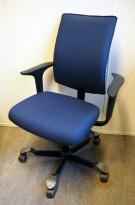 HÅG H05 5400 kontorstol i mørkt blått stoff, swingback-armlener i sort, pent brukt