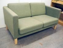Kinnarps Scandinavia 3-seter sofa i grønt stoff / ben i bjerk, bredde 145cm, pent brukt