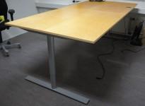 Møtebord / stort skrivebord med elektrisk hevsenk i bjerk / grålakkert metall fra Kinnarps 240x110cm, passer 8-10 personer, pent brukt