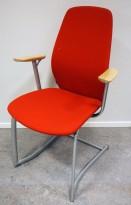 Møteromsstol / besøksstol fra Kinnarps, mod Plus 377 i rødt stoff / bjerk armlene, grå ramme, pent brukt