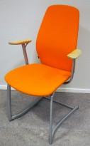 Møteromsstol / besøksstol fra Kinnarps, mod Plus 377 i orange stoff / bjerk armlene, grå ramme, pent brukt