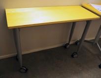 Lite arbeidsbord på hjul fra Kinnarps, 100x40cm platemål, 72cm høyde, pent brukt
