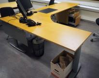 Kinnarps elektrisk hevsenk hjørneløsning skrivebord i bøk, 300x200cm, sving på venstre side, T-serie, pent brukt