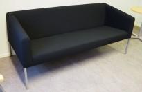 3-seter sofa fra Skandiform i sort stoff / krom, modell Boxer, pent brukt