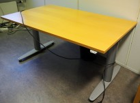 Kinnarps T-serie elektrisk hevsenk skrivebord i bøk / grått, 130x80cm, pent brukt